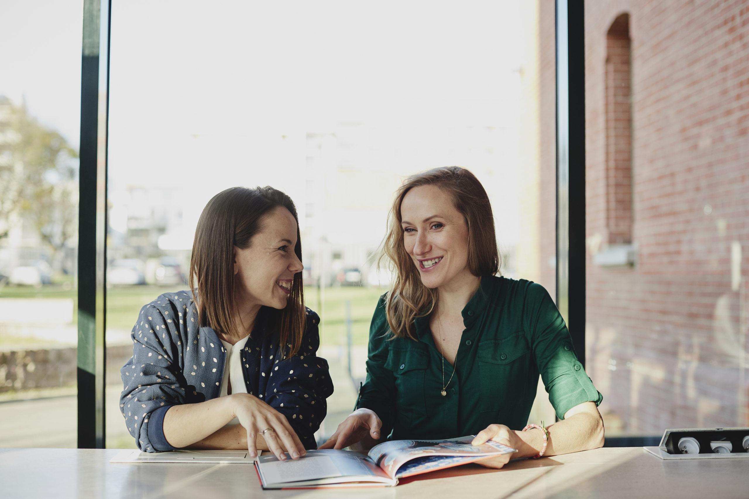 Agnieszka i Malwina się śmieją.